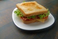 三明治用烟肉、乳酪和新鲜蔬菜 库存照片