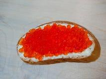 三明治用红色鱼子酱 白面包用黄油 海鲜纤巧 库存照片