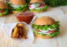 三明治用蕃茄、黄瓜沙拉和火腿和葱在一个木桌特写镜头在背景中 免版税图库摄影