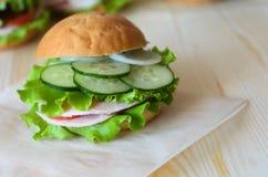 三明治用蕃茄、黄瓜沙拉和火腿 免版税库存图片