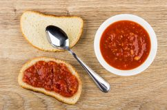 三明治用蕃茄开胃菜、匙子和碗用开胃菜 免版税图库摄影