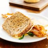 三明治用鲕梨烟肉和芦笋 免版税图库摄影
