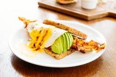 三明治用鲕梨烟肉和芦笋 库存图片