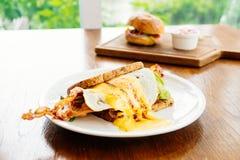 三明治用鲕梨烟肉和芦笋 免版税库存图片