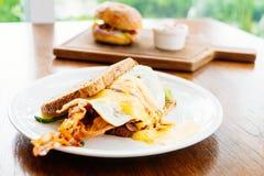 三明治用鲕梨烟肉和芦笋 图库摄影
