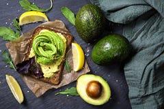 三明治用黑麦面包和新鲜的切的鲕梨 库存照片