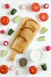 三明治的成份:乳脂干酪,新鲜的黄瓜,萝卜,蕃茄,在白色背景的chia种子 免版税库存照片
