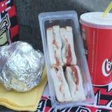 三明治金枪鱼和蕃茄和焦炭 免版税库存照片
