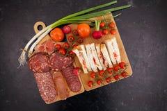 三明治顶视图在一个委员会旁边的用开胃菜 免版税库存图片