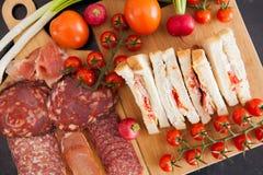 三明治顶视图在一个委员会旁边的用开胃菜 图库摄影