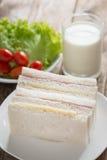 三明治、火腿用乳酪和牛奶在木桌上 库存图片
