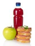 三明治、绿色苹果和瓶有饮料的 免版税库存图片