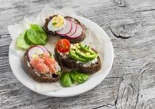 三明治-三明治的分类用乳酪、萝卜、黄瓜、鹌鹑蛋、鲕梨和熏制鲑鱼 库存图片