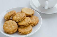 三明治奶油色薄脆饼干用热的茶 免版税库存照片