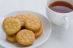 三明治奶油色薄脆饼干用热的茶 免版税库存图片