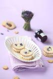 三明治曲奇饼用乳脂干酪和紫罗兰色装填 库存图片