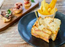 三明治火腿乳酪和炸薯条 库存图片
