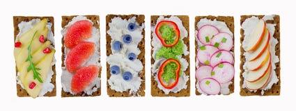 三明治用乳脂干酪和新鲜的莓果、水果和蔬菜 免版税库存照片