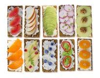 三明治用乳脂干酪和新鲜的莓果、水果和蔬菜 免版税图库摄影