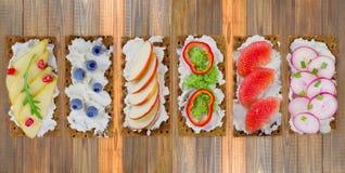 三明治用乳脂干酪和新鲜的莓果、水果和蔬菜 库存照片