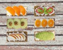 三明治用乳脂干酪和新鲜的莓果、水果和蔬菜 库存图片