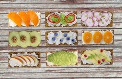 三明治用乳脂干酪和新鲜的莓果, 免版税库存照片