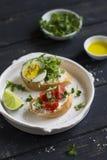 三明治用乳酪、蕃茄和鸡蛋 免版税库存照片