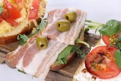 三明治用凝乳酪、蕃茄和火腿在白色背景 免版税图库摄影