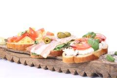 三明治用凝乳酪、蕃茄和火腿在白色背景 库存照片