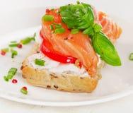 三明治用在白色板材的谷物面包和三文鱼 库存图片