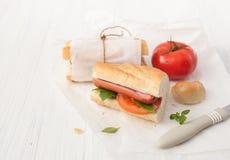 三明治用在白色背景的香肠 免版税库存照片