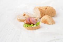 三明治用在白色背景的香肠 免版税库存图片
