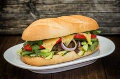 三明治用小牛肉牛排、绿色、夏南瓜、蕃茄、乳酪和芥末酱 木背景 特写镜头 有选择性 图库摄影