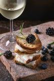 三明治用山羊乳干酪和莓果 库存图片