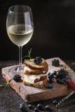 三明治用山羊乳干酪和莓果 库存照片