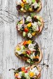 三明治用希脂乳、蕃茄、黄瓜和橄榄 在一个土气委员会的希腊沙拉bruschetta样式 免版税库存图片