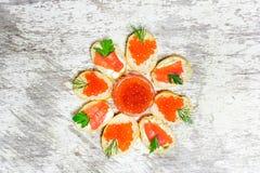 三明治用心形的红色鱼子酱一条三文鱼用草本 免版税库存图片