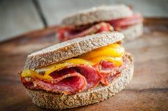 三明治用意大利蒜味咸腊肠和烤胡椒 库存图片