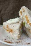 三明治用新鲜水果和打好的奶油 图库摄影
