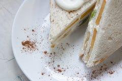 三明治用新鲜水果和打好的奶油 免版税库存照片