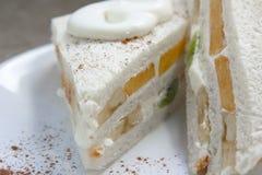三明治用新鲜水果和打好的奶油 免版税库存图片