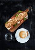 三明治用无盐干酪乳酪、咖啡和水 库存图片