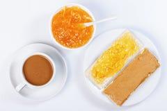 三明治用橙皮马末兰果酱,一杯咖啡 图库摄影
