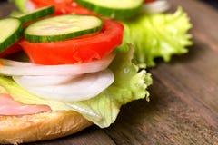 三明治用沙拉和其他菜在老灰色委员会 库存图片
