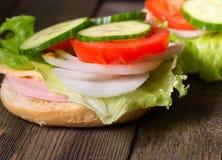三明治用沙拉和其他菜在老灰色委员会 免版税库存照片