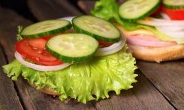 三明治用沙拉和其他菜在老灰色委员会 免版税库存图片