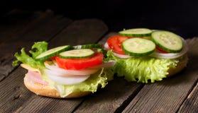 三明治用沙拉和其他菜在老灰色委员会 图库摄影