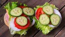 三明治用沙拉和其他菜在老灰色委员会 库存照片