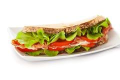 三明治用火腿、蕃茄和沙拉 图库摄影