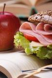 三明治用火腿和菜和红色苹果垂直 免版税库存照片